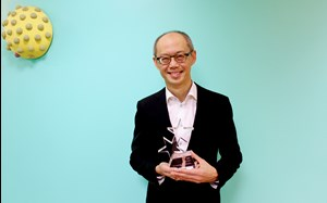 Professor Toh with his award