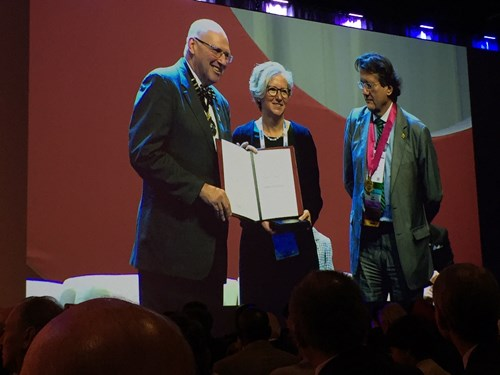 Prof. Hugh Taylor (president of the ICO) and Prof. Rafael Barraquer (WOC2018 president) presenting Sarah with her award